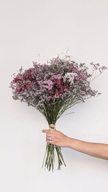 זר פרחים מיובשים הכולל לימוניום ב-4 גוונים של ורדרד וסגלגל בשילוב עם עדעד רך - באווירת פרובנס רומנטית קלאסית