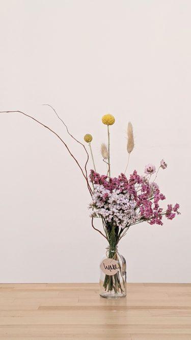 הליקה הזו מכילה פרחים מיובשים בשלל גוונים של ורוד, זנבות ארנבת בצבע טבעי, ערבה מסולסלת וקרספידיה כל זה בתוך בקבוקון זכוכית שקוף