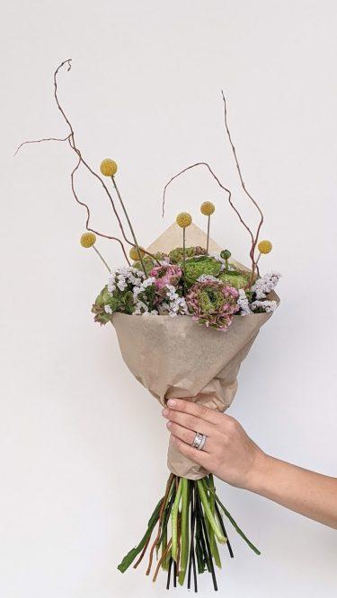 זר משגע וייחודי של נוריות צרפתיות, משחקי גבהים מלאים בסטייל וזריקות צבע שמזכירות את האביב - שילוב מושלם של פרחים טריים ונגיעה של יבשים