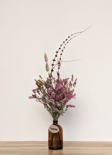 הליקה הזו מכילה פרחים מיובשים בגוונים ורודים, זנבות ארנבת בצבע טבעי וחרדלית חומה