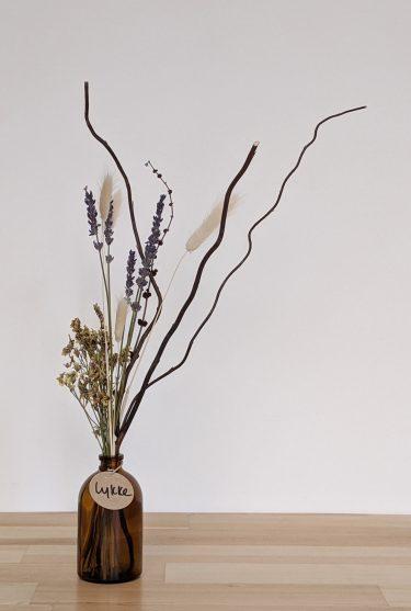 הליקה הזו מכילה פרחים מיובשים בצהבהב עדין, ערבה מסולסלת בצבע חום, זנבות ארנבת בגוון טבעי ולבנדר