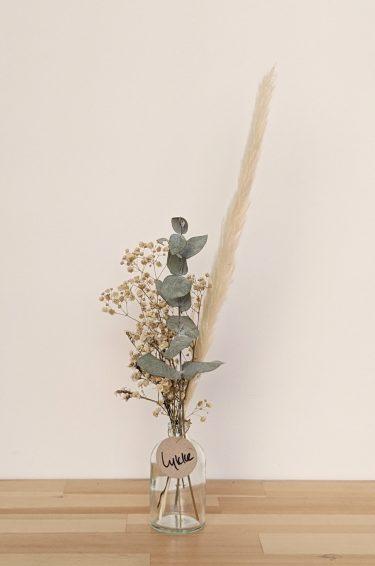 הליקה הזו מכילה פרחים מיובשים בגוונים טבעיים (גיבסנית ו/או לימוניום), אקליפטוס ופמפס בהיר.