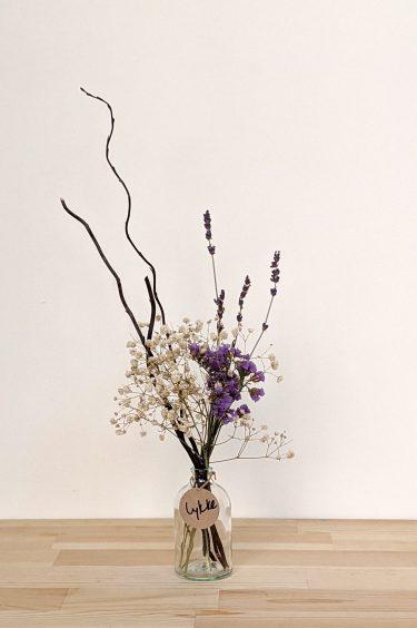 הליקה הזו מכילה פרחים מיובשים (סגולים ולבנים), ערבה מסולסלת בצבע חום ולבנדר.