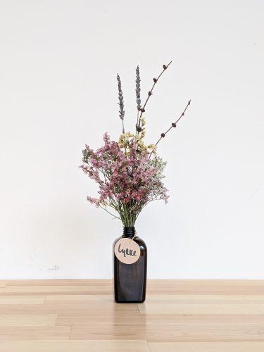 הליקה הזו מכילה חרדלית חומה, פרחים מיובשים צבעוניים (ורודים וצהובים) ולבנדר.