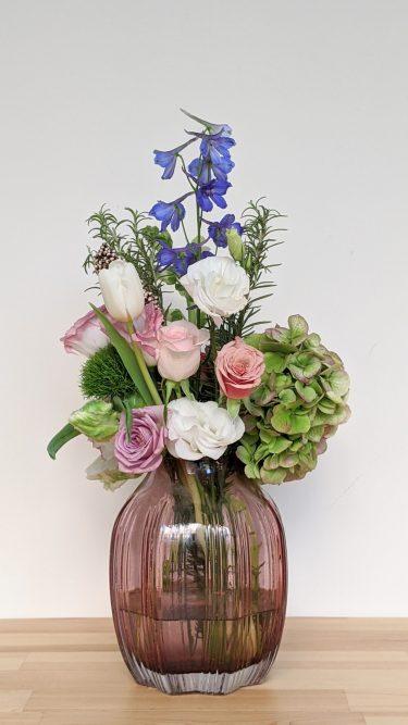 ואזה כד ורוד עם פרחים טריים ורדים הורטנזיה, ורדים טוליפ